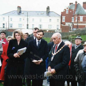 """The unveiling of the memorial to the five lifeboatmen who lost their lives on the 17th November 1962 when the """"George Elmy"""" capsized. Photograph 17th November 1994"""