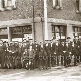 Londonderry Hotel ( the Parrot ) near the bottleworks, in 1929. From the left ( omitting the children ) 1-  ? 2-  R Ballantyre, 3- A Steel, 4- Arta Watson, 6- Jack Fodden, 8- Mrs Ballantyre ( Ballantyne ? ) hostess 9- J.  Arms, !0- D Bronilow, 11- W. Turner, 14- A. Miller, 17- T Frater, 20- G. Miller, 21-T(J?) Pemberton. 22-J. Jubb, 23 ?, 24 ?, 25 ?, 26 ?, 27- G Ballantyne ( white apron ), 28- B. Berristone  29- ?